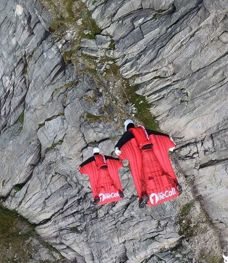مغامر يقفز فوق جبل قمة جبل في النرويج من طائرة هيلوكوبتر  (3)