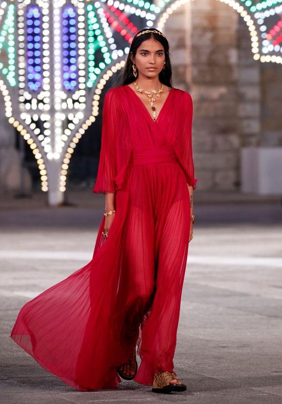 فستان أحمر من ديور