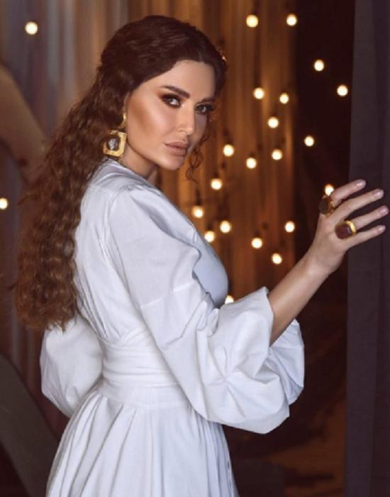 شعر سيرين عبد النور المجعد
