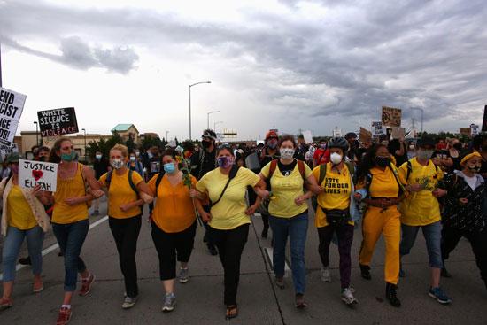 نساء يرتدين ملابس صفراء - جدار الأمهات خلال مسيرة ضد وفاة إيليا ماكلي (2)