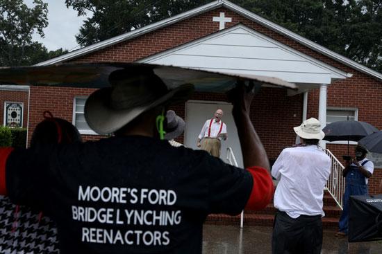 رجال وسيدات يشاركون فى إعادة تمثيل عمليات الإعدام ضد السود في الكنيسة الإفريقية المعمدانية
