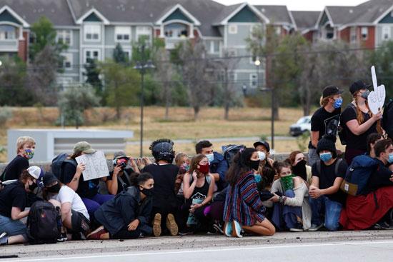 أغلق المتظاهرون الطريق السريع 225 خلال مسيرة ضد وفاة إيليا ماكلين والظلم العرقي في كولورادو (1)