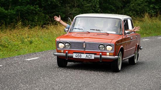 احتفال أهالى استونيا بأول سيارة لادا تم انتاجها
