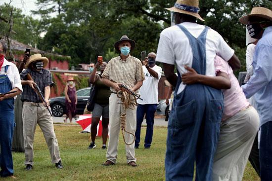 جمهور صغير يشاهد قيام نشطاء بإعادة تمثيل عمليات الإعدام