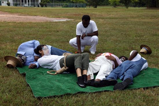 إعادة تمثيل الإعدام لاثنين من الشباب السود