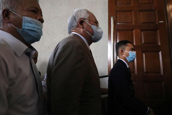 لحظة دخول المسئول السابق قاعة المحكمة
