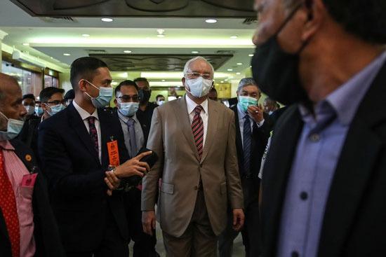وسائل الإعلام تحاول الحصول على تصريحات صحفية من رئيس وزراء ماليزيا السابق