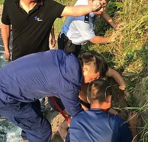 طفل ينجو من الموت بعد سقوطه في كهف أثناء السباحة  (2)