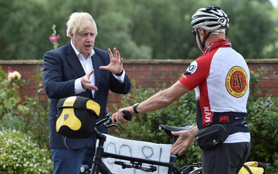 حديث جونسون مع راكبي الدراجات