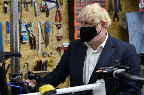 جونسون في محال صيانة الدراجات