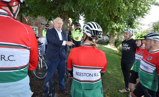 جونسون يلتقي أعضاء نادي ركوب الدراجات