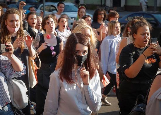 وقفات داعمة للفتيات الثلاثة أمام المحكمة