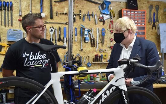 جونسون يتفقد محال صيانة الدراجات