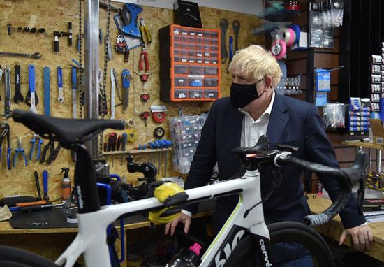 جونسون يزور محل صيانة الدراجات