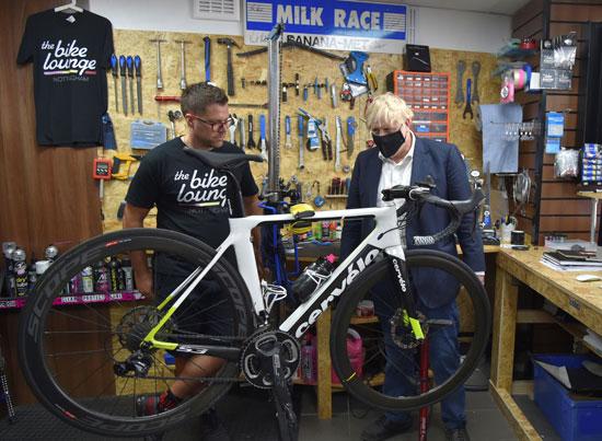 جونسون يتحدث لصاحب ورشة صيانة الدراجات