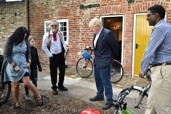 حديث جونسون لسكان مركز كانال سايد للتراث حول ركوب الدراجات