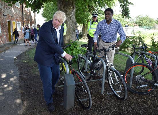 جونسون ينادى بتنفيذ خطة الحكومة لركوب الدراجات