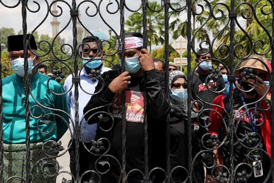 عدد من مؤيدى رئيس وزراء ماليزيا السابق حرصوا على مؤازرته أثناء المحاكمة