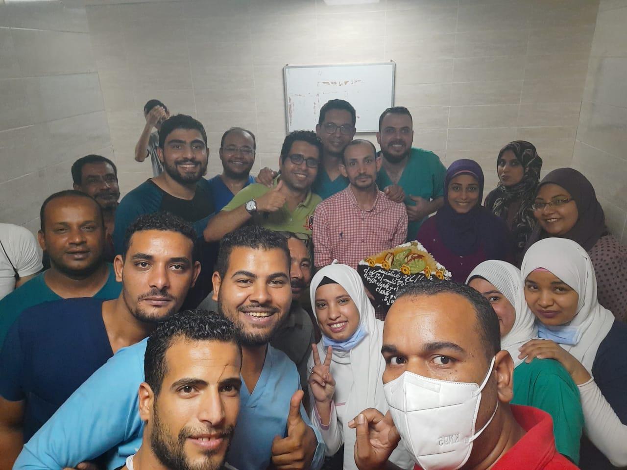 مستشفي الأقصر العام تحتفل بإنتهاء عمل الفريق الرابع للعزل الصحى  (3)