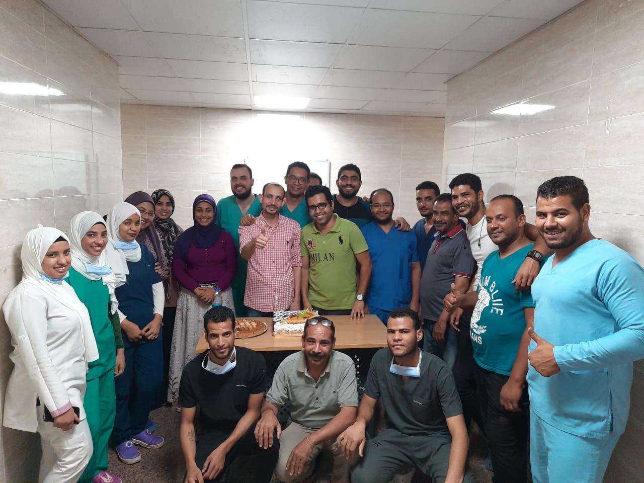 مستشفي الأقصر العام تحتفل بإنتهاء عمل الفريق الرابع للعزل الصحى  (1)