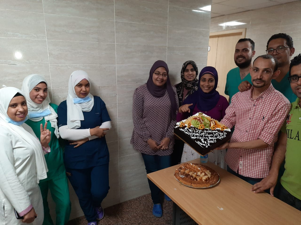 مستشفي الأقصر العام تحتفل بإنتهاء عمل الفريق الرابع للعزل الصحى  (5)