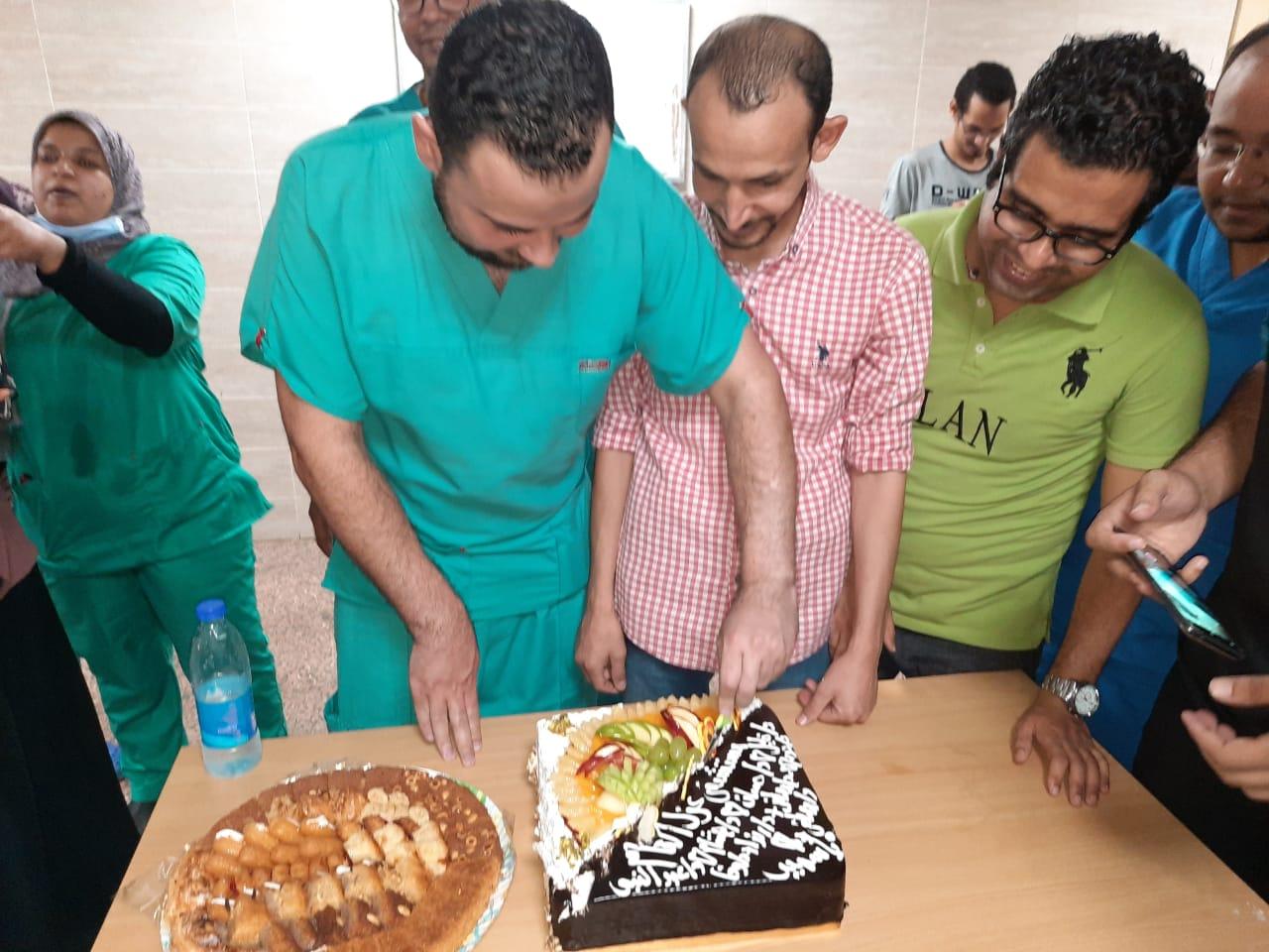 مستشفي الأقصر العام تحتفل بإنتهاء عمل الفريق الرابع للعزل الصحى  (2)