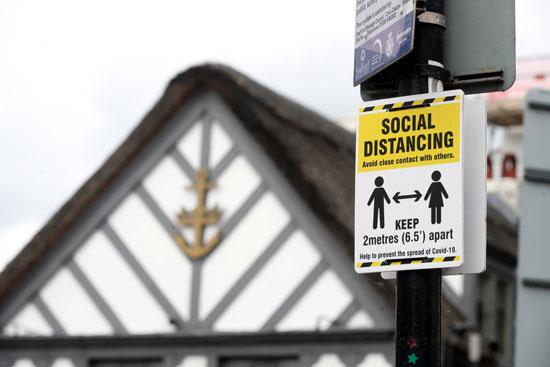 علامات التباعد الاجتماعى بشوارع بريطانيا