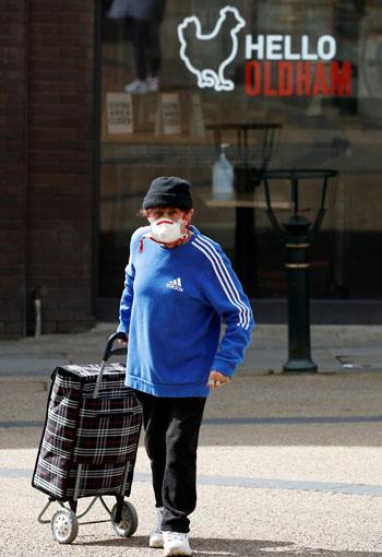 الالتزام بارتداء الكمامة فى شوارع بريطانيا