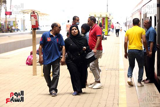 المواطنين في إنتظار قطار العيد