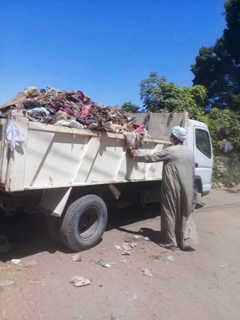 مدينة إسنا تنجح فى رفع 53 طن مخلفات وقمامة (2)