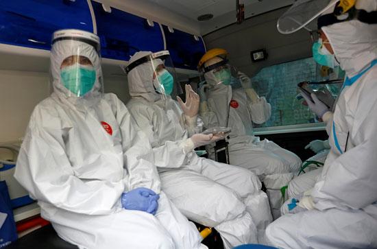 أطباء يجوبون شوارع اندونيسيا لاجراء فحوص كورونا