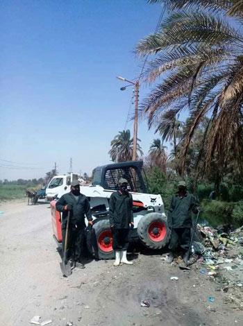 مدينة إسنا تنجح فى رفع 53 طن مخلفات وقمامة (4)