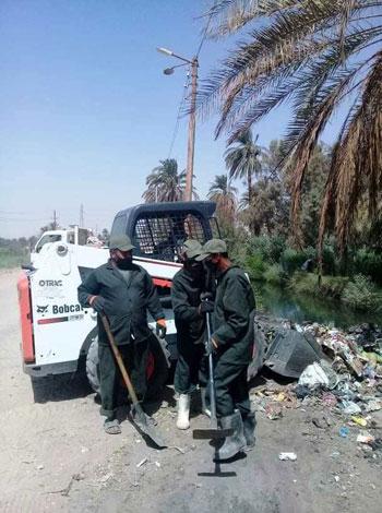 مدينة إسنا تنجح فى رفع 53 طن مخلفات وقمامة (1)