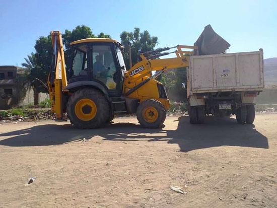 مدينة إسنا تنجح فى رفع 53 طن مخلفات وقمامة (5)