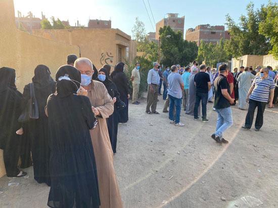 أهالى وأصدقاء الفنان الراحل محمود جمعة يودعونه بمدافن العائلة (2)