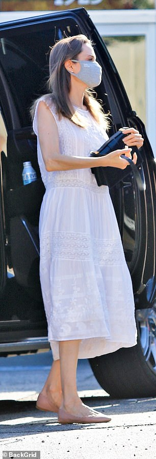 30326586-8484809-Radiant_Jolie_looked_angelic_in_a_white_summer_dress_worn_with_p-a-26_1593722231632