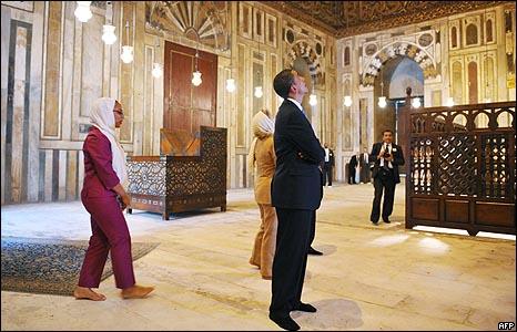 اوباما خلال زيارته لمسجد السلطان حسن