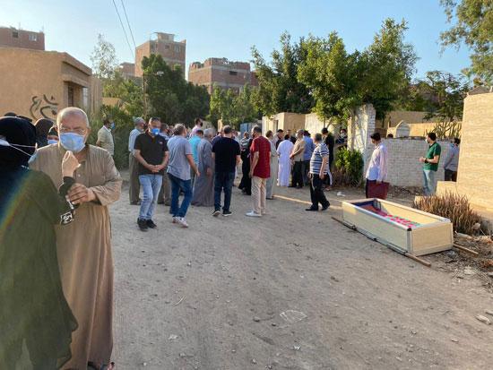 أهالى وأصدقاء الفنان الراحل محمود جمعة يودعونه بمدافن العائلة (5)
