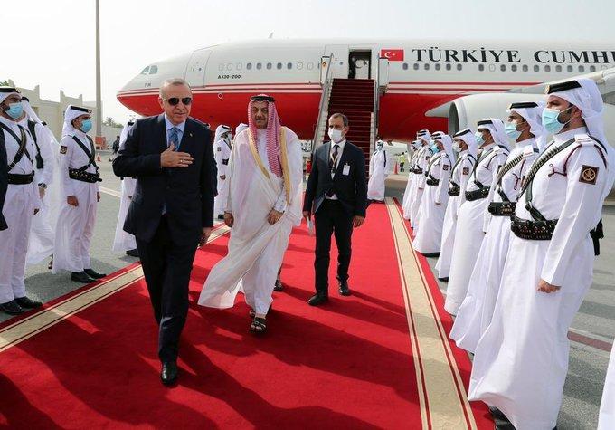 وزير الدفاع القطرى يسير خلف أردوغان خلال استقباله لدى وصوله الدوحة