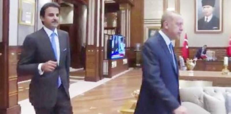 تميم يسير مذلولا خلف اردوغان على أرض قطر