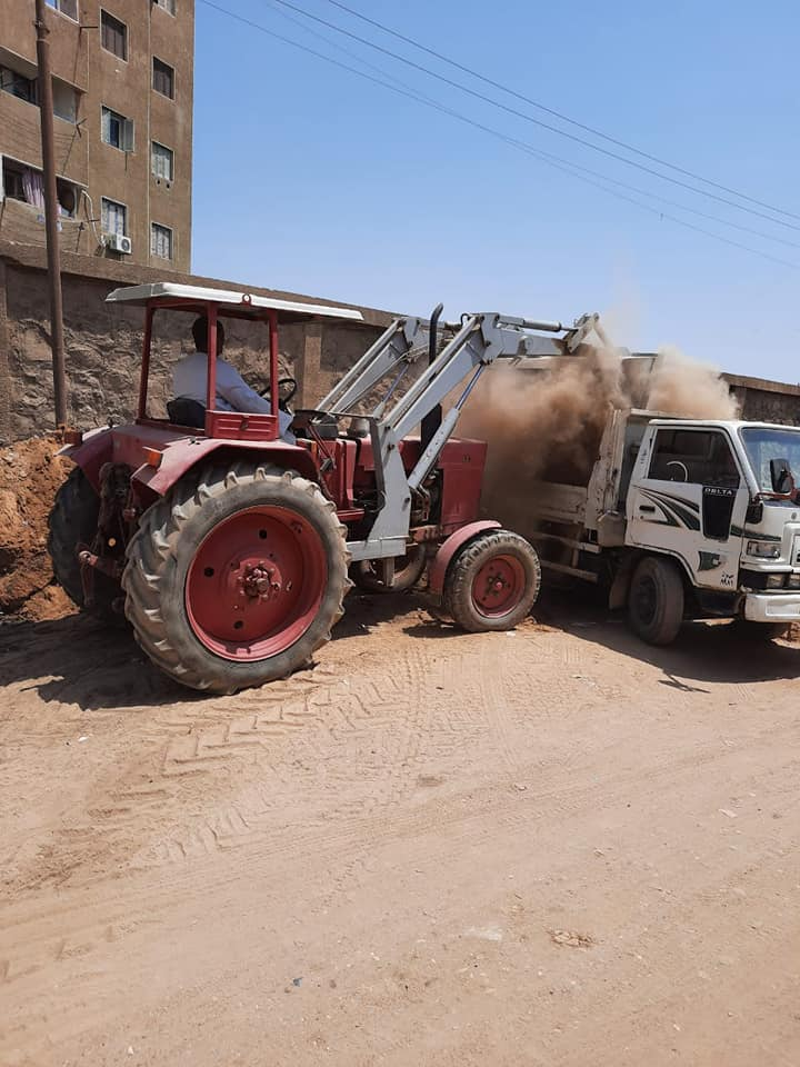 ردم البرك واستمرار اعمال النظافة بادفو باسوان   (1)