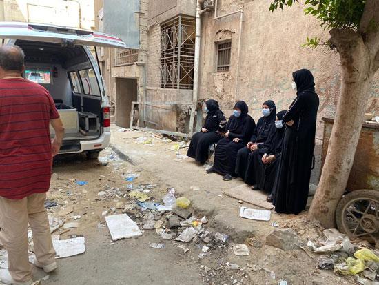 أهالى وأصدقاء الفنان الراحل محمود جمعة يودعونه بمدافن العائلة (4)