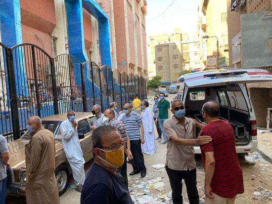 أهالى وأصدقاء الفنان الراحل محمود جمعة يودعونه بمدافن العائلة (3)