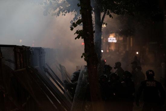 الشرطة تطلق قنابل الغاز من وراء حاجز