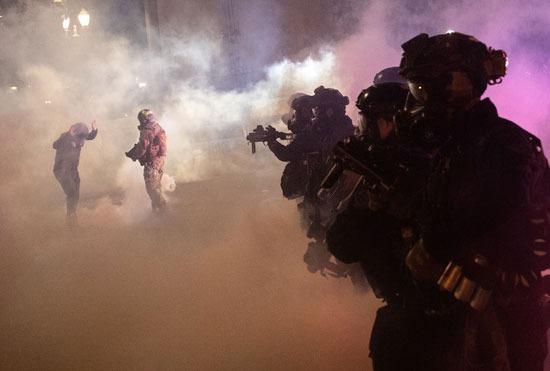 الشرطة تطلق الغاز المسيل في بورتلاند