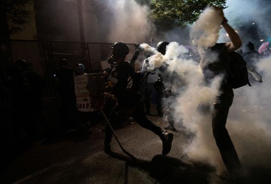 المتظاهرون يردون على الشرطة بالقنابل المسيلة للدموع