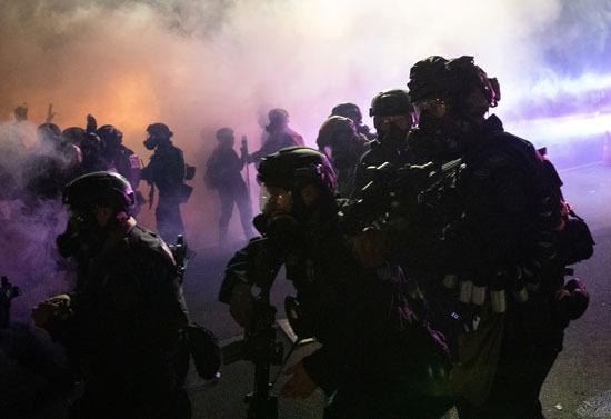 الشرطة تطلق الغاز المسيل للدموع لتفريق المتظاهرين