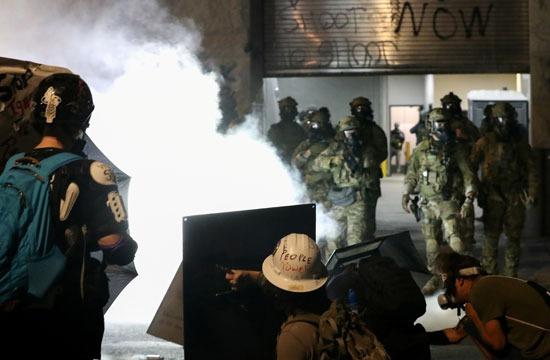 المتظاهرون في مواجهة مباشرة مع الشرطة