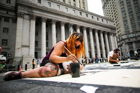 فتاة تشارك فى الرسم بشوارع نيويورك
