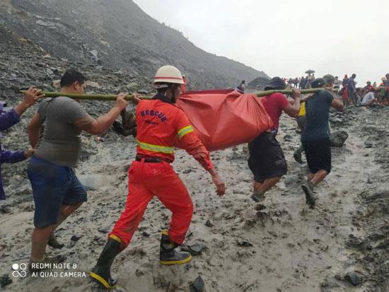 رجال الانقاذ خلال نقل الجثامين